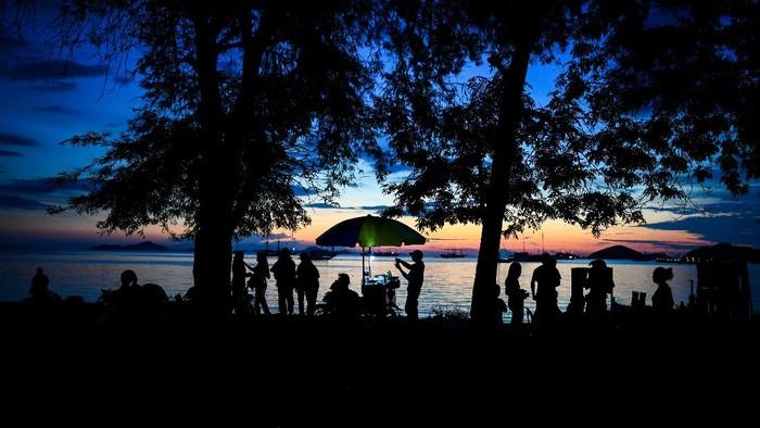 Pedagang menunggu pembeli di Pantai Pede, Labuan Bajo, Manggarai Barat, Nusa Tenggara Timur, Sabtu (19/6/2021). Sebagian warga di Labuan Bajo menjadikan pantai tersebut sebagai wisata alternatif pada akhir pekan. ANTARA FOTO/Rivan Awal Lingga/rwa.