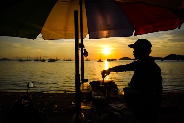 Mulai di pantai, gunung, gedung, jembatan, bisa terlihat fenomena sunset (Foto: ANTARA FOTO/Rivan Awal Lingga)