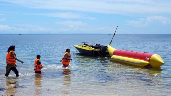 Pantai di sepanjang Tanjung Kasuari menjadi salah satu tujuan rekreasi keluarga saat hari libur.