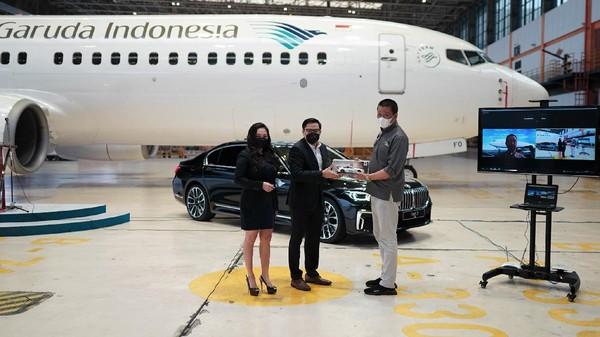 """Melalui program layanan """"The Prestige Service"""" tersebut, Garuda Indonesia dan BMW Indonesia menyediakan satu buah mobil BMW 730Li sebagai opsi alternatif transportasi lanjutan bagi penumpang Garuda Indonesia yang terpilih untuk memperoleh layanan ini."""