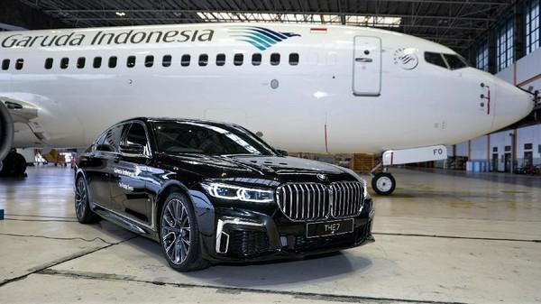 """Maskapai penerbangan nasional Garuda Indonesia dan BMW Indonesia secara resmi meluncurkan program layanan """"The Prestige Service"""" yang menghadirkan layanan transportasi premium dari dan menuju Bandara Internasional Soekarno-Hatta."""
