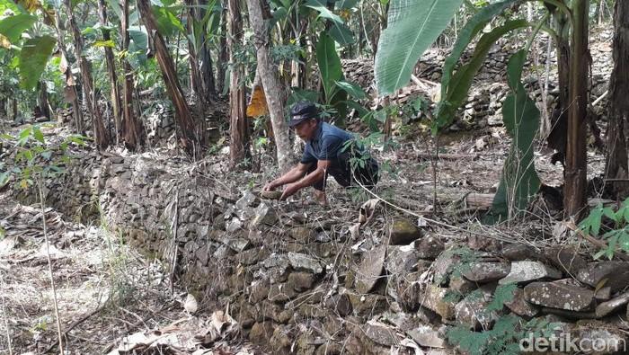 Warga Desa Galih, Pasuruan, punya cara unik untuk lindungi wilayahnya dari banjir dan longsor. Caranya dengan terapkan terasering yang dibuat dari lempeng batu.