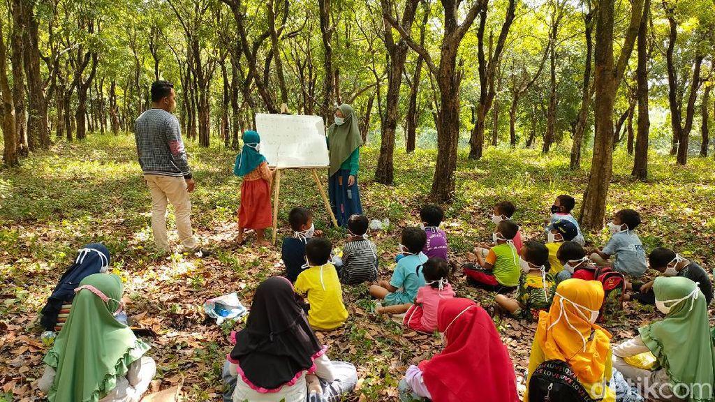 Saat Anak-anak Desa Probolinggo Diajak Belajar di Alam Bebas Saat Pandemi