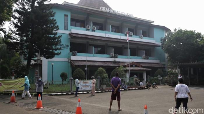 Kasus COVID-19 di Jakarta meningkat pascalebaran. Ketersediaan tempat isolasi pasien COVID-19 di Graha Wisata TMII pun kian menipis.