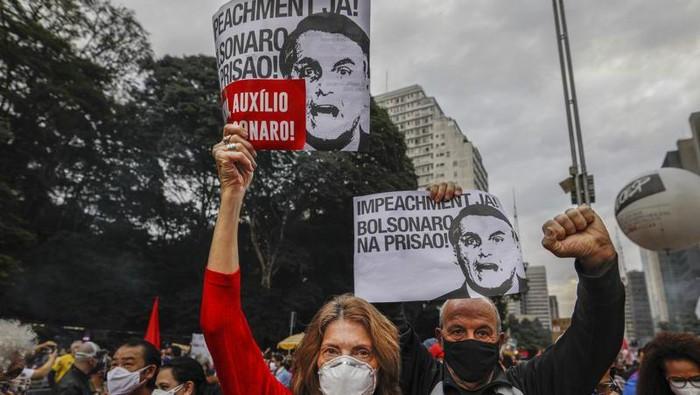 Demonstran melakukan protes usai angka kematian COVID di Brasil capai 500 ribu