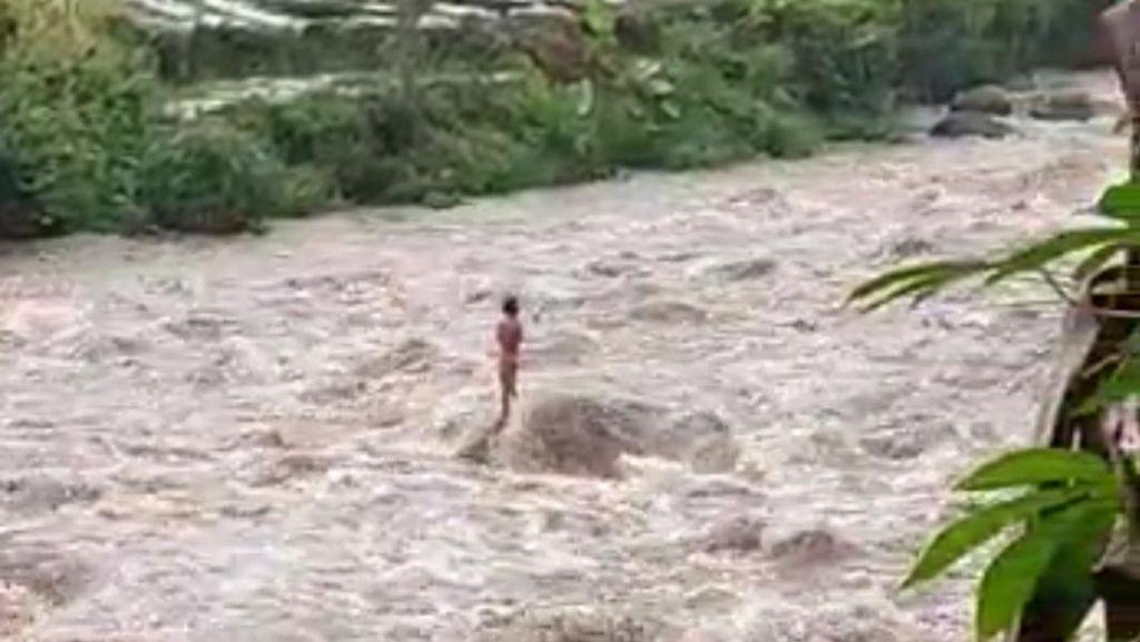 Dramatis! Evakuasi Warga 1 Jam Terjebak Bah di Tengah Sungai Serayu