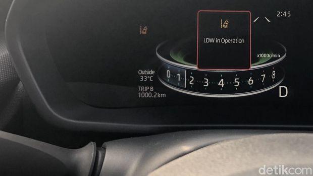 Fitur Lane Departure Warning akan memberikan tanda ketika mobil berpindah lajur dengan tidak sengaja