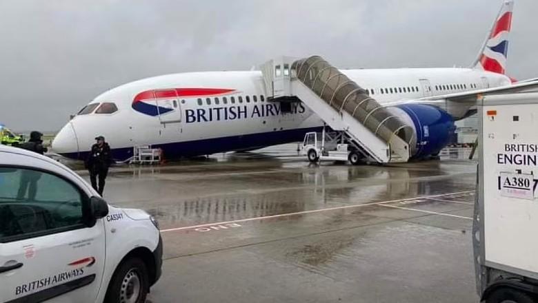 Hidung pesawat British Airways kolaps di landasan Bandara Heathrow. Hidung pesawat kolaps setelah seorang insinyur gagal mengunci roda pendaratan dengan benar.