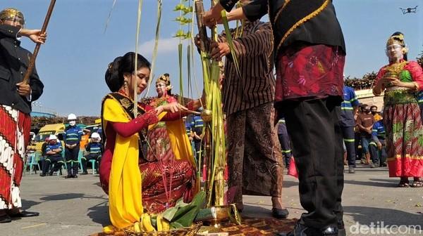 Seperti layaknya prosesi dalam ritual pengantin Jawa, pengantin wanita membasuh bagian bawah pohon tebu lanang. Bagian ini, sebagai simbol pengabdian seorang istri kepada sang suami.