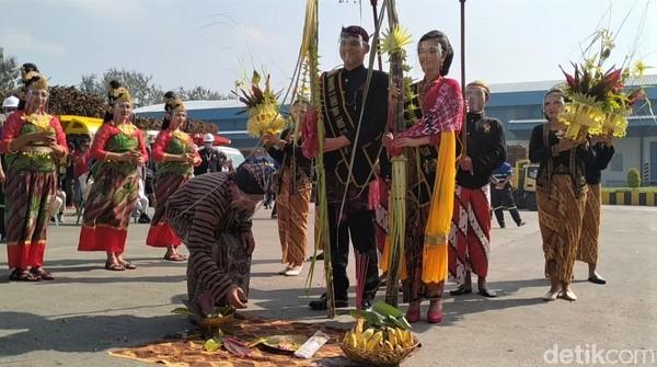 Kala seorang wanita dan lelaki berbusana pengantin Jawa bertemu di tengah lapangan. (Erliana Riady/Detikcom)