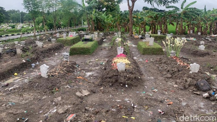 Pemakaman COVID-19 di Babat Jerawat, Surabaya