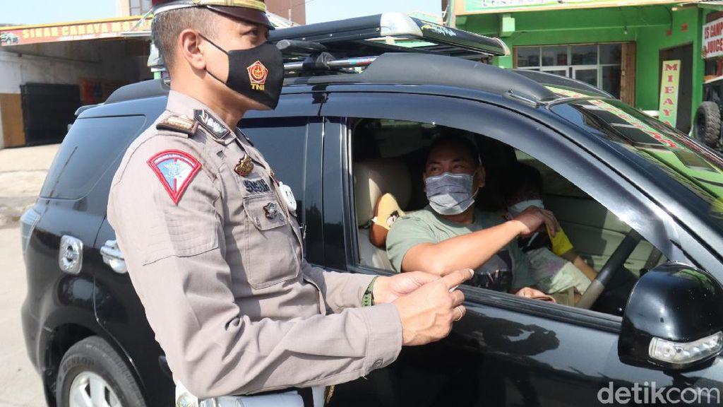 Pengendara Jalani Rapid Antigen di Exit Tol Cileunyi Bandung, 3 Reaktif