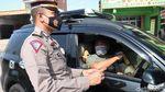 Penyekatan di Exit Tol Cileunyi, 50 Pengendara Dites Rapid Antigen