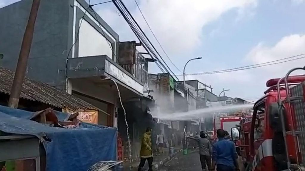Ruko di Sukabumi Hangus Terbakar, Petugas Semprotkan Water Canon