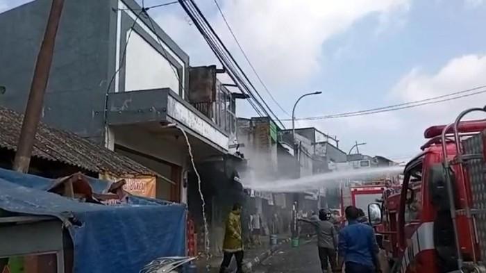 Petugas padamkan ruko di Sukabumi yang terbakar.