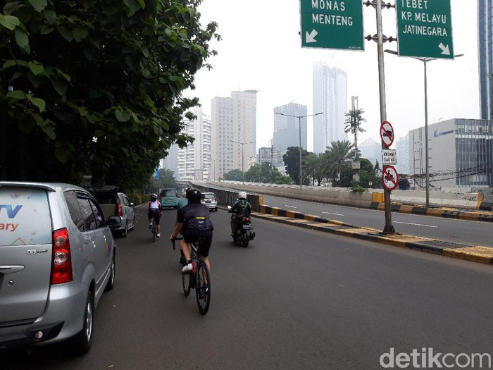 Suasana JLNT Kp Melayu, Minggu (20/6) yang ditiadakan jalur khusus road bike