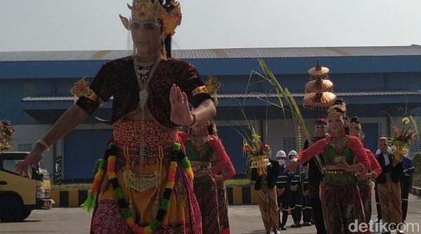 Iringan gamelan Kebo Giro memenuhi areal parkir pabrik gula Rejoso Manis Indo (RMI). (Erliana Riady/detikcom)