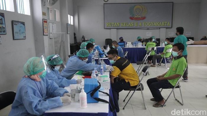 Warga binaan memperoleh vaksin AstraZeneca di Rutan Klas II A, Yogyakarta, Sabtu (19/6/2021). Total sebanyak 215 warga binaan mendapatkan vaksinasi untuk mencegah persebaran Covid-19. Semenjak naiknya angka positif Covid 19 di Yogyakarta, Dinas Kesehatan Kota Yogyakarta bekerja sama dengan Rutan Klass IIA Yogyakarta melaksanakan program vaksinasi perdana bagi warga binaan. Rutan Klas IIA Yogyakarta menjadi pilot project vaksinasi khusus warga binaan.