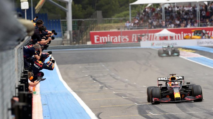 LE CASTELLET, FRANCE - JUNE 20: Red Bull Racing team members celebrate on the pitwall as Max Verstappen of the Netherlands driving the (33) Red Bull Racing RB16B Honda crosses the finish line to win during the F1 Grand Prix of France at Circuit Paul Ricard on June 20, 2021 in Le Castellet, France. (Photo by Peter Fox/Getty Images)