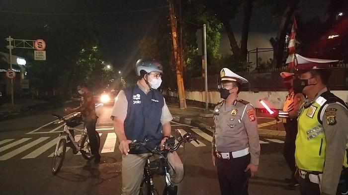 Anies Baswedan meninjau penutupan di Jalan Bulungan Jakarta Selatan sambil bersepeda