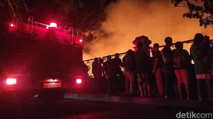 Kebakaran melanda Pasar Leles, Garut, JawaBarat, Minggu (20/6/2021) malam. Kebaran menghanguskan 412 kios.