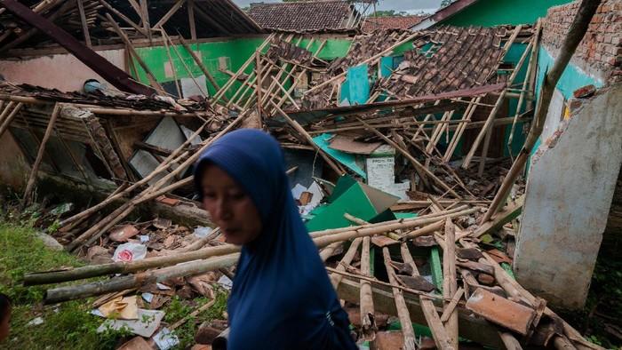 Sejumlah anak melihat kondisi ruang kelas yang atapnya runtuh di Madrasah Ibtidaiyah Riyadus Sibyan, Lebak, Banten, Senin (21/6/2021). Hujan deras disertai angin kencang yang terjadi dalam beberapa hari di daerah itu menyebabkan atap dan tembok dua ruang kelas sekolah tersebut roboh pada hari Minggu (20/6) kemarin sekitar pukul 15.30 WIB. ANTARA FOTO/Muhammad Bagus Khoirunas/wsj.