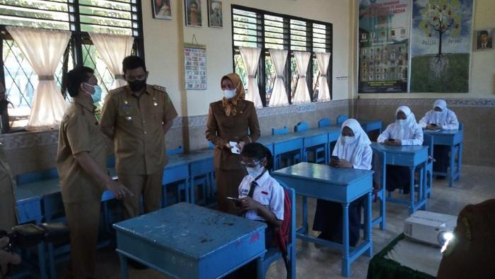 Bobby saat mengecek sekolah tatap muka di Medan (Datuk-detikcom)
