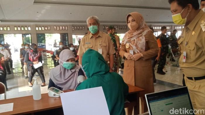 Bupati Klaten Sri Mulyani mengecek vaksinasi massal di RSPD, Senin (21/6/2021).