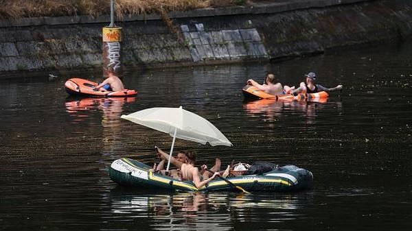 Suhu yang panas membuat warga Jerman ramai-ramai berjemur di sungai Spree. Getty Images/Sean Gallup