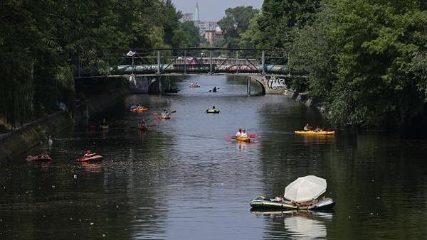 Sungai ini diketahui selalu menjadi tujuan warga untuk bersantai dikala gelombang panas menghantam. Getty Images/Sean Gallup