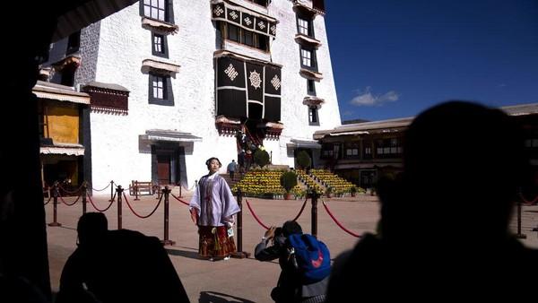 China yang telah bebas dari pandemi virus Corona berimbas kepada bergairahnya wisata Tibet. Turis China getol melancong ke Tibet.