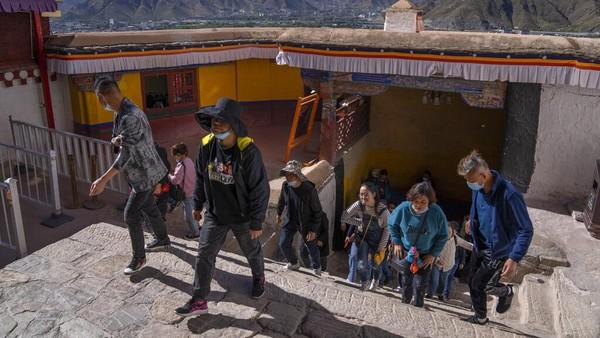Salah satu objek wisata yang menjadi primadona turis China adalah Istana Potala di Lhasa.