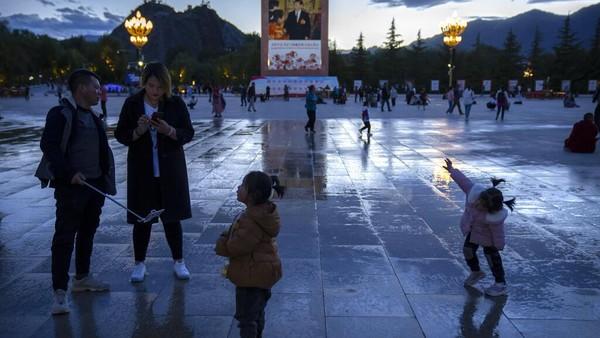 Bagi Tibet, kedatangan turis China menjadi berkah, namun sekaligus tuntutan kerja ekstra.