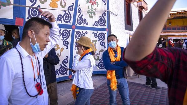 Selain Istana Potala, Tibet juga memiliki sejumlah lokasi pariwisata alam yang menarik. Salah satunya, Danau Namtso yang dikelilingi puncak yang tertutup salju dan kuil Buddha dengan kawanan yak dan burung yang bermigrasi di cakrawala.
