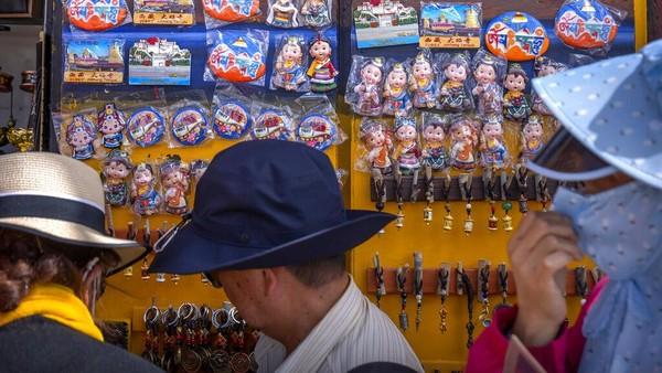 Tibet kebanjiran turis dari China. Penyebabnya, China yang sudah bebas Corona tetap membatasi perjalanan warganya ke luar negeri.