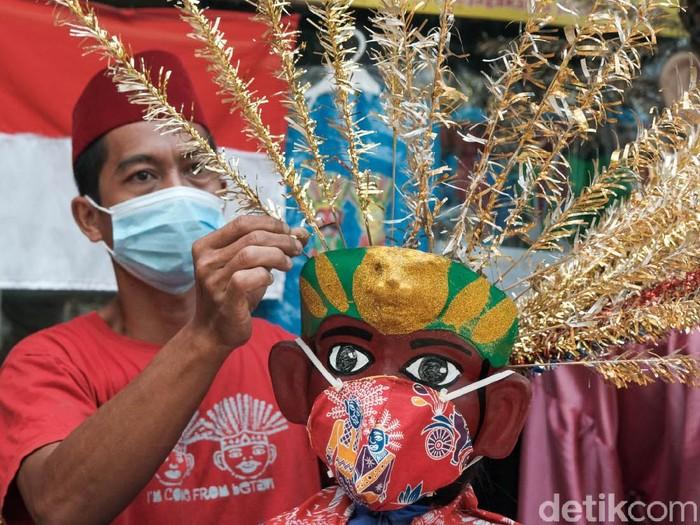 HUT DKI Jakarta membawa berkah tersendiri bagi perajin ondel-ondel. Pesanan ondel-ondel mengalir menjelang ulang tahun ke-494 ibu kota.