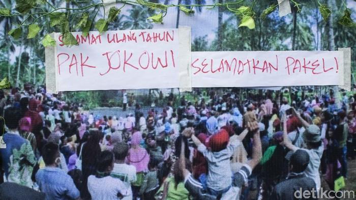 Warga Pakel, Banyuwangi menggelar aksi di Kawasan Patung Kuda, Jakarta. Di tengah konflik agraria, mereka masih sempat ucapkan selamat untuk Jokowi.