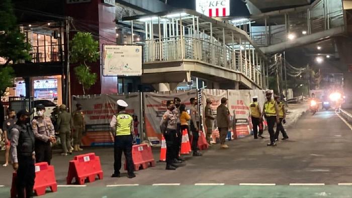 Pembatasan di Jalan Gunawarman, Jakarta Selatan, tepatnya di depan KFC mulai diberlakukan, Senin (21/6/2021) pukul 21.00 WIB.