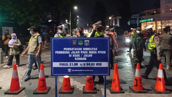 Pembatasan mobilitas masyarakat di Jalan Kemang Raya mulai diberlakukan, Senin (21/6/2021).