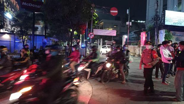 Pengendara motor membunyikan klakson saat pembatasan di Jalan Kemang Raya mulai diberlakukan, Senin (21/6/2021).