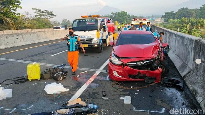 Kecelakaan beruntun terjadi di Tol Semarang-Solo KM 484, Boyolali, Jawa Tengah, hari ini. Kecelakaan yang melibatkan 4 kendaraan tersebut menewaskan 2 orang.