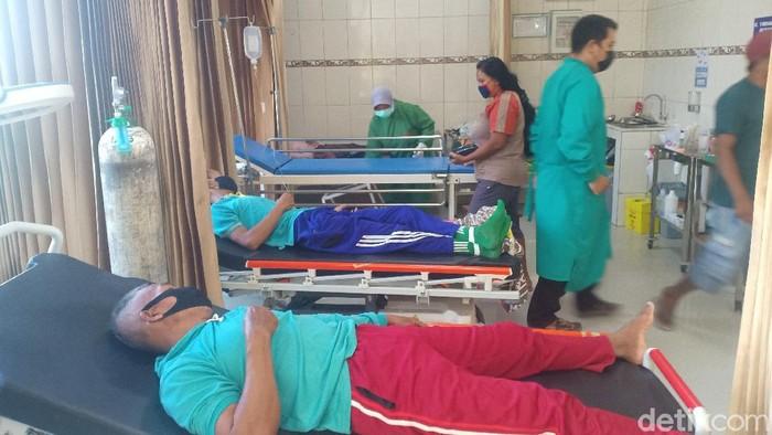 Sebanyak 51 warga Desa Sukowiyono, Kecamatan Padas, Ngawi mengalami keracunan. Mereka muntah-muntah dan diare usai menyantap hidangan dari syukuran warga.
