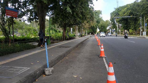Lapangan Puputan Badung Denpasar, Bali ditutup usai lonjakan kasus virus Corona (COVID-19).