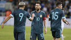 Aguero Terus Yakinkan Messi agar Tetap di Barcelona