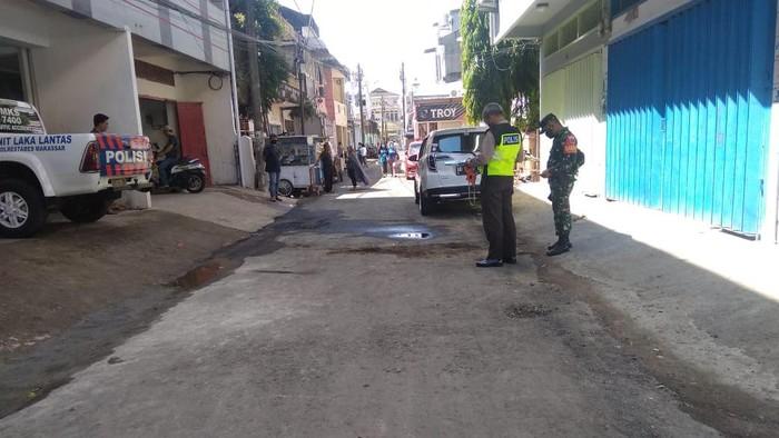 Seorang bocah di Makassar tewas terlindas mobil saat bermain sendirian.