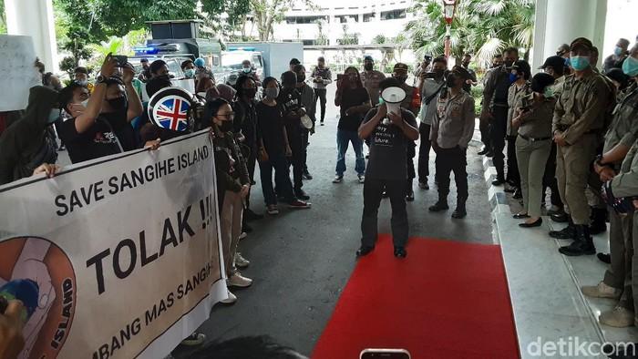 Mahasiswa demo Pemprov Sulut tolak tambang emas di Sangihe (Trisno/detikcom).