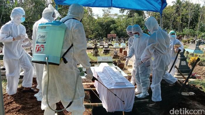 Jenazah tokoh Seknas Jokowi, Juli Eko Nugroho dimakamkan siang tadi dengan protokol COVID-19. Almarhum dimakamkan di Purworejo, Jawa Tengah.