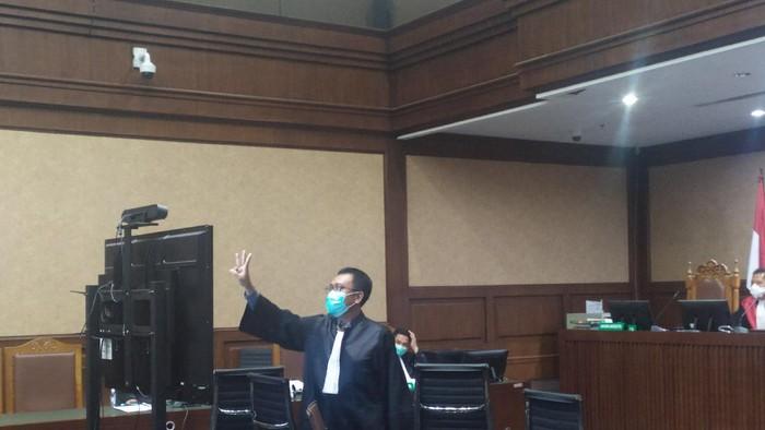 Momen saat Jaksa KPK tunjukan simbol 3 jari ke Hotma Sitompul