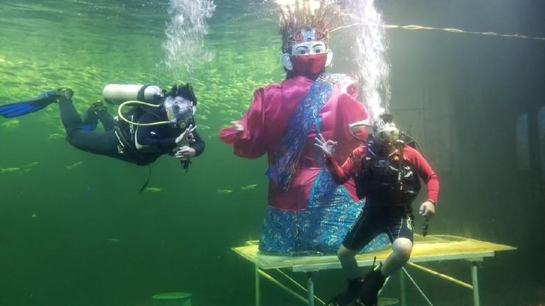 Ondel-ondel under water