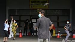Stadion Patriot Candrabhaga Bekasi kembali difungsikan sebagai rumah sakit darurat COVID-19. Yuk lihat aktivitas pasien di rumah sakit darurat tersebut.